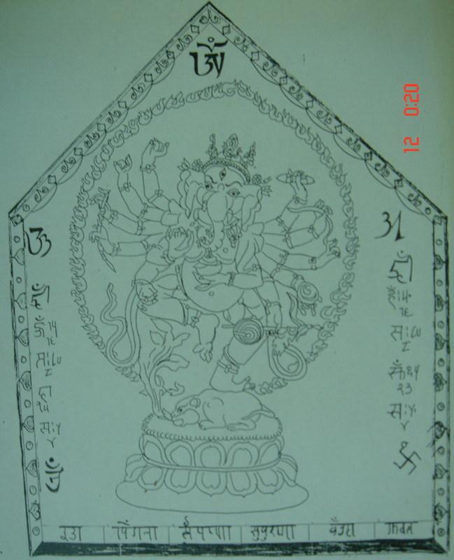 Tôi xin gửi đến các huynh đệ bức Thangka thứ ba. Từ trước đến nay, nhiều người vẫn lầm tưởng Ganapati chỉ là Phúc thần, Thần tài đem lại may mắn cho người thế gian. Thật ra, vai trò của vị này lớn hơn nhiều. Quyến thuộc của ông cũng đông vô kể. Do vậy, một số vị đạo sĩ Ấn giáo không chỉ phát huy công năng của Ganapati trên lĩnh vực Tăng ích mà còn sử dụng trong Tức tai, Hàng phục. Hình tướng trong bức Thangka sau đây là một điển hình. Thông thường, những vị nào có tu luyện Huyền môn hoặc Mật tông mới có thể sử dụng Thangka này. Ngược lại, những người bình thường sử dụng sẽ gặp chướng ngại lớn. Trước đây, lần đầu sử dụng Thangka này, ngay trong đêm đó đang ngủ say bỗng có ai vỗ vào chân tôi mấy cái. Tôi giật mình choàng dậy. Trong ánh đèn ngủ vàng vàng, trước mắt tôi là một người đàn ông cởi trần, đóng khố hoa văn sặc sỡ, đầu chít khăn vàng, hình tướng mập mạp, bụng to da đen, lỗ mũi dài lòng thòng trước ngực... Tôi bàng hoàng điếng người vội dụi mắt mấy lần. Dụi đến lần thứ ba thì hình tướng ấy biến mất. Ngày hôm sau tôi đi công tác. Sau khi thanh toán toàn bộ chi phí của hoạt động, tôi còn dư được đúng 360.000 VND. Số tiền này không biết dư ở khoản nào, vì sao dư. Tôi thử gọi điện kiểm tra các điểm thanh toán tiền và cả Thủ quỹ, mọi người kiểm lại đều thấy đủ. Cho đến bây giờ tôi cũng chẳng biết tiền dư ấy từ đâu mà có... thôi thì không phải của mình, tôi mua hết đồ cúng dành luôn cho ông mũi dài này. Nghe kể, sư huynh tôi cười nói số tôi có duyên với các vị mũi dài, còn huynh ta thì vô duyên. Vài câu nói đùa của huynh ấy tạo thành một chướng ngại trong lúc công phu... tôi xin kể vào bài sau. Còn bây giờ là Thangka thứ ba và bài chú. 3